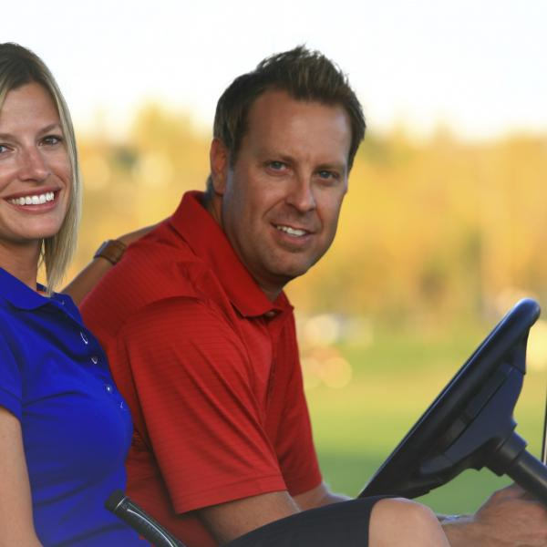 2 golfeurs en voiturette golf le Sélect